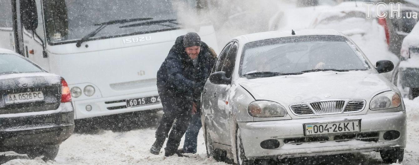 Украина под снегом: Одесса переживает самую холодную ночь, а харьковчане научились вытаскивать из сугробов троллейбусы