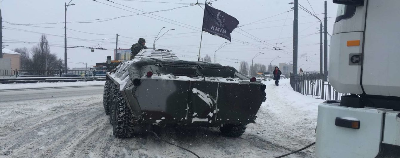 В Киеве полиция на БТРах вытягивает грузовики из снега