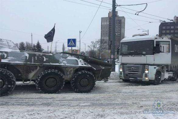 БТР допомагає вантажівкам у Києві