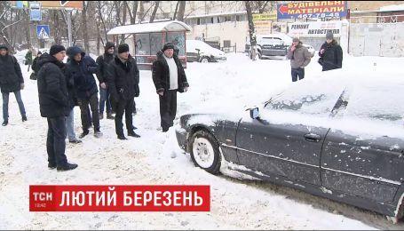 Київ через снігопад зупинився у заторах