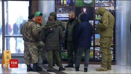 Ветераны АТО пришли с требованиями в Дом футбола