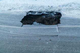 В центре Днепра посреди проезжей части внезапно обвалился асфальт