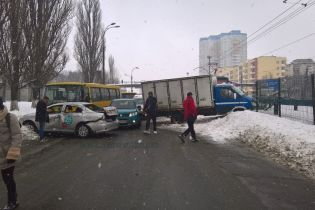 В Киеве на Борщаговке столкнулись маршрутка, такси и грузовик: движение трамваев и авто парализовано