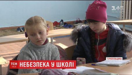 В школе на Тернопольщине дети травмируются из-за нерасчищенной территории и учатся в холодных классах