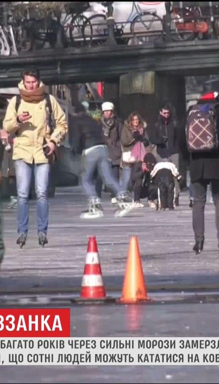 Жители Амстердама надели коньки, чтобы добраться на работу
