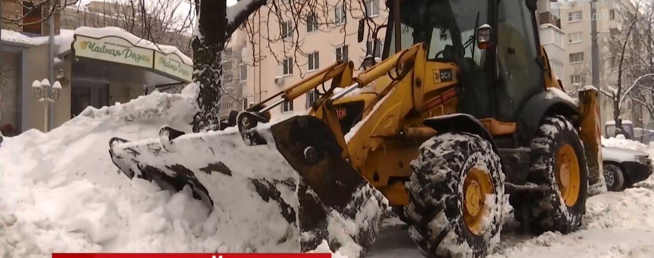 В Киеве снегоуборочная техника спешит на частные заказы, когда целые районы стоят нерасчищенным