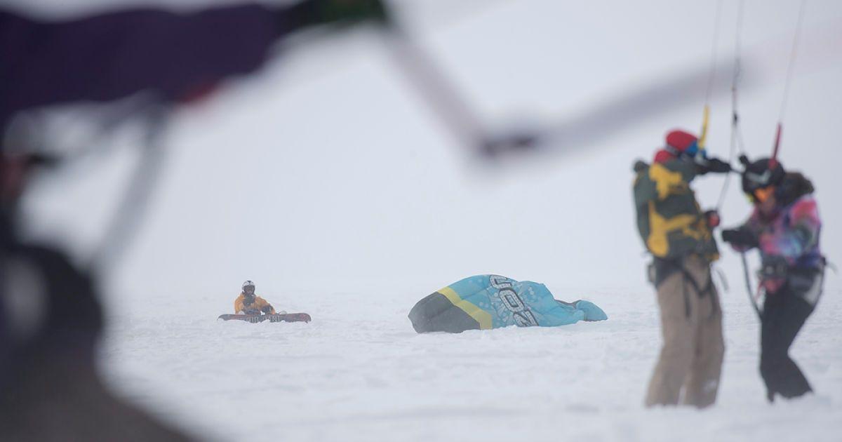 """""""Сніг ненавиджу, але не завжди"""". Кличко покатався з екстремалами на сноукайті"""
