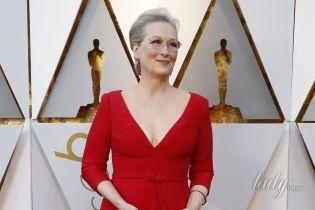 """В алом платье с глубоким декольте: 68-летняя Мерил Стрип впечатлила образом на красной дорожке церемонии """"Оскар"""""""