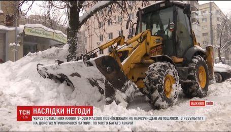 В Киеве чиновники продолжают уверять о нехватке снегоуборочной техники