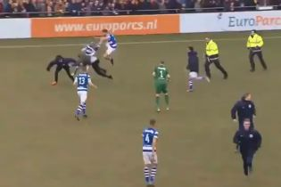 """Когда """"сорвало крышу"""". В Нидерландах фанаты устроили побоище с футболистами после позорного поражения"""
