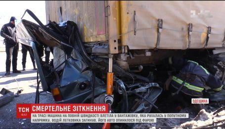 Під Одесою легковик на повній швидкості врізався у фуру, водій загинув