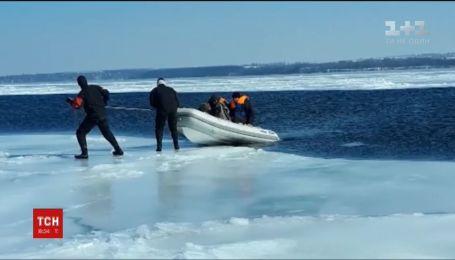 На Запорожье двух рыбаков оторвало на льдине и начало относить от берега