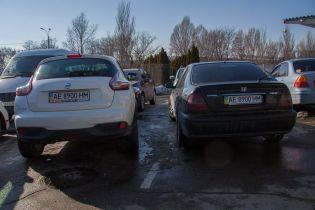 В Днепре обнаружены две иномарки с идентичными номерными знаками