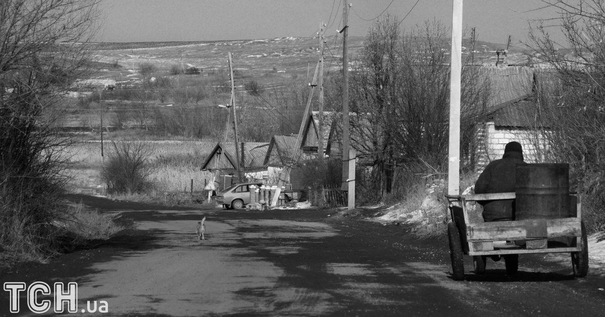 """Новолуганське. Одна з найгарячіших точок Донбасу нині, але попри це, там багато місцевих жителів з дітьми.  @ Дмитро Мороз/Журналіст """"Спецкор"""""""