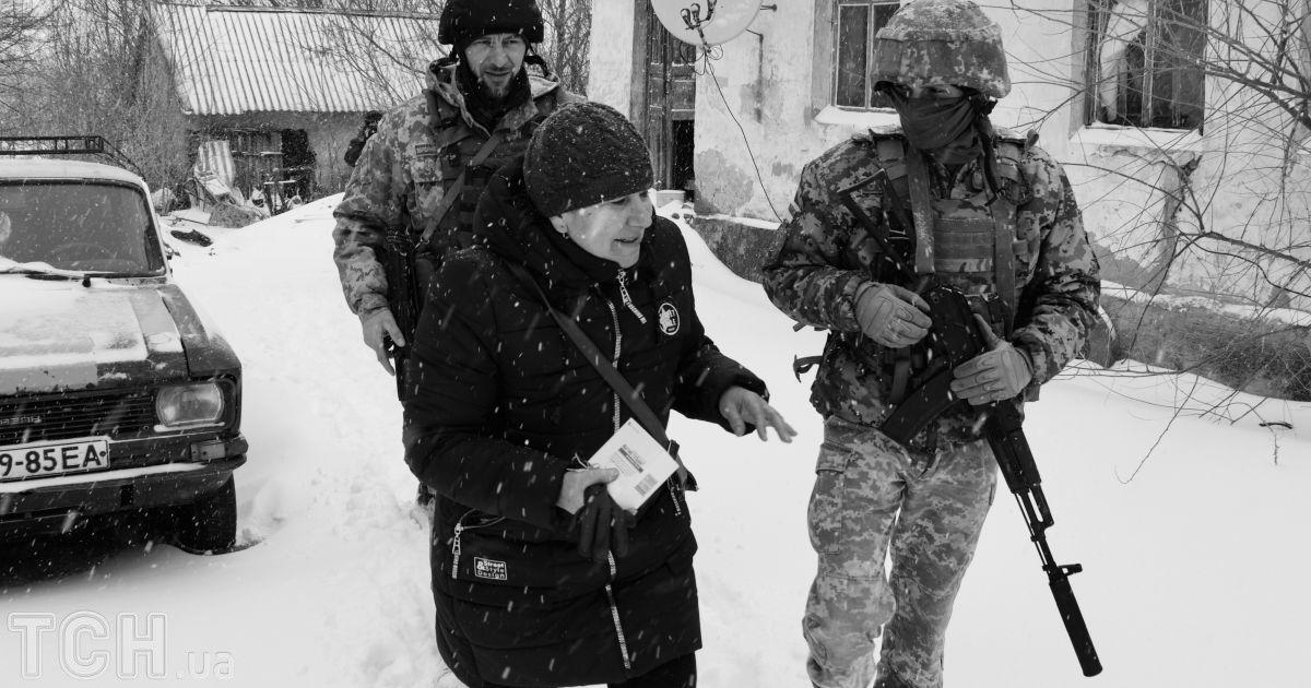 """Украинские армейцы в Травневом, который недавно освободили от боевиков. Сопровождают фельшера @ Дмитрий Мороз/Журналист """"Спецкор"""""""