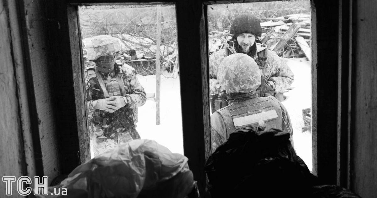 """Українські армійці у Травневому, яке нещодавно звільнили від бойовиків.  @ Дмитро Мороз/Журналіст """"Спецкор"""""""