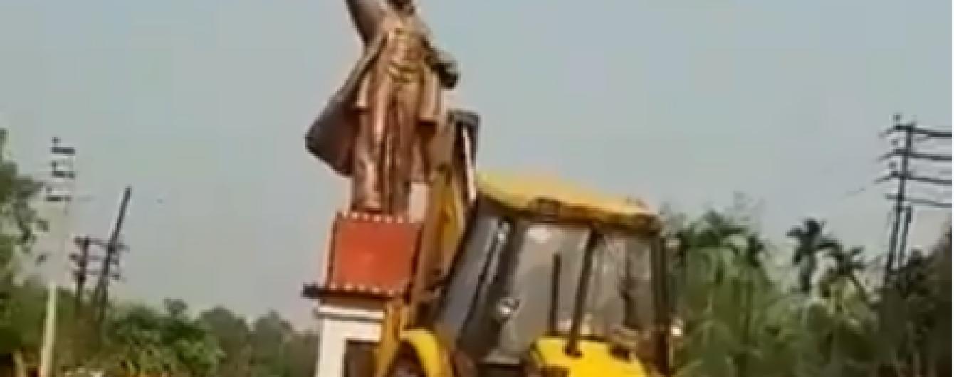"""Ленинопад в Индии. В одном из штатов снесли памятник """"вождю"""" и поиграли его головой в футбол"""