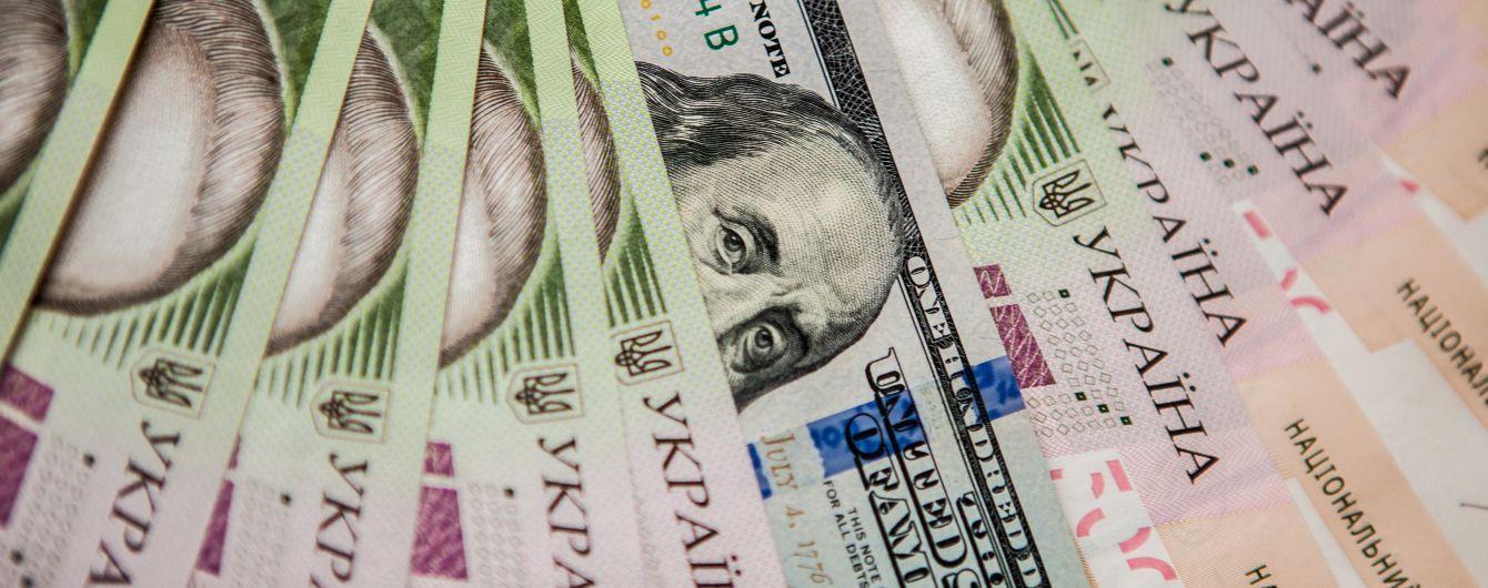 Гривна продолжит обесцениваться, а доллар будет дорожать – прогноз Fitch