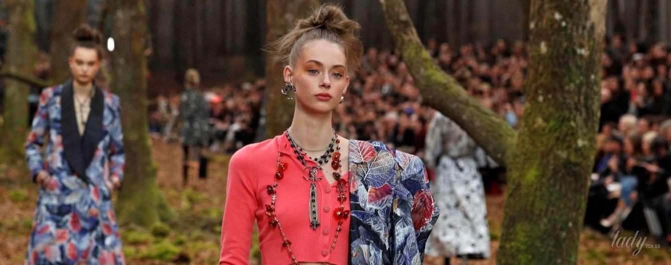 На показе Chanel модели дефилировали по осеннему лесу