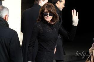 В кожаных брюках и на шпильках: Карла Бруни сходила на показ Chanel