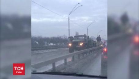 """Возле метро """"Нивки"""" перевернулась военная бронемашина"""