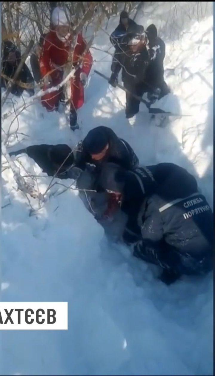 На Харківщині 12-річна дівчинка провела більше години під тоннами снігу
