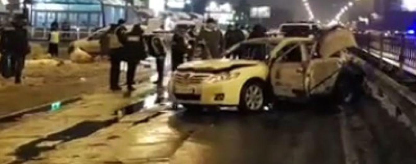 В Киеве возле станции метро в машину бросили две гранаты, есть пострадавший - соцсети