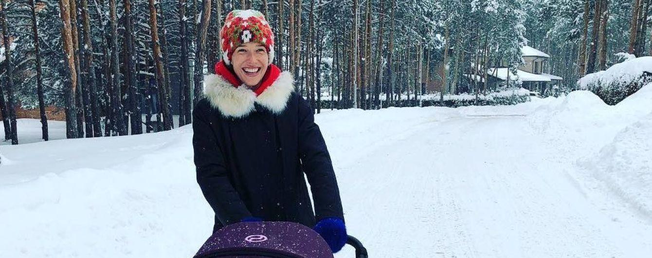 Горбунов в уггах, а Осадчая в забавной шапке: звезды отправились в лес на прогулку с сыном