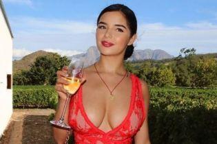 В коктейльном платье и без него: Деми Роуз похвасталась пышной грудью