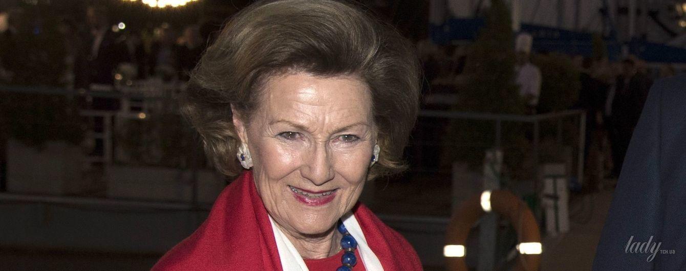 В красной блузке и белых брюках: новый образ 80-летней королевы Норвегии Сони