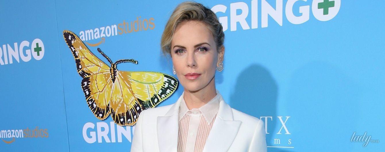 В стильном костюме и странных босоножках: эффектная блондинка Шарлиз Терон на премьере фильма