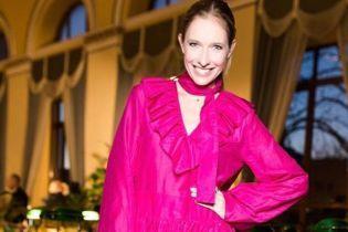 В платье цвета фуксии и с бархатным клатчем: Катя Осадчая предстала на публике в смелом образе