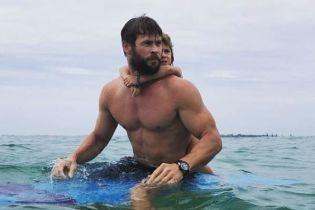 """Звезда фильма """"Тор"""" Крис Хемсворт рассмешил юзеров своим зажигательным танцем на пляже"""