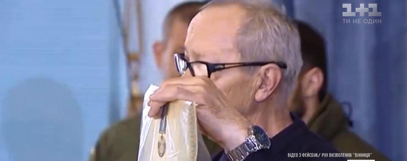 Ветераны АТО в Виннице сорвали с себя награды и оставили их в городском совете