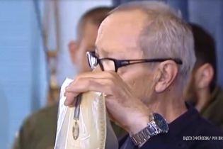 Ветерани АТО у Вінниці зірвали з себе нагороди і лишили їх у міській раді