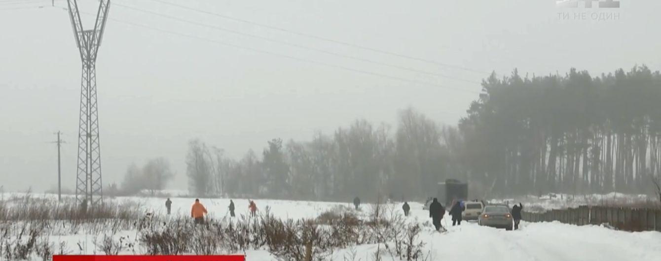 На Київщині серед снігових заметів між селами зник 20-річний електрик