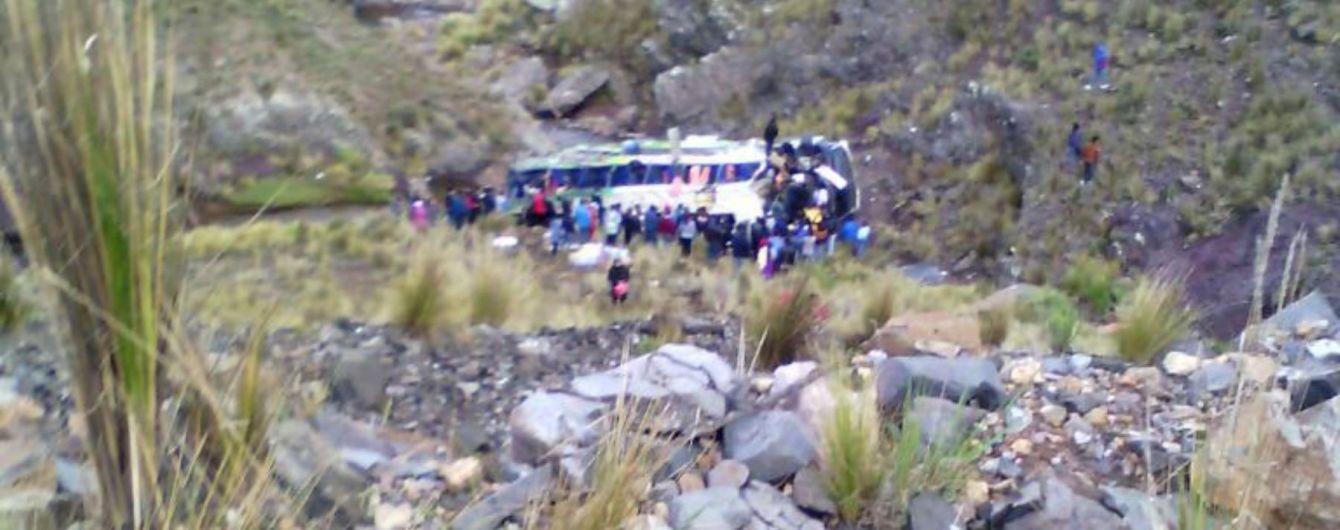 В Перу автобус с пассажирами упал в 120-метровую пропасть, есть жертвы
