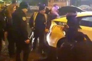 У Києві сталася масова бійка, одному з її учасників проломили голову – соцмережі
