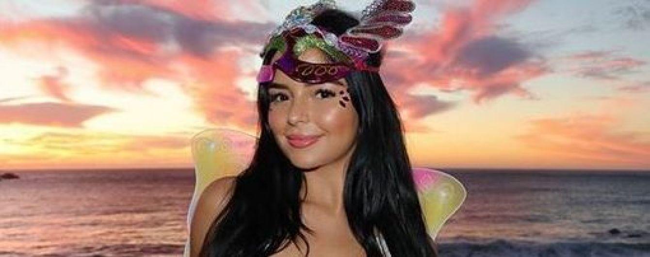 В откровенном бюстгальтере и розовой мини-юбке: сексуальная Деми Роуз в образе бабочки сходила на вечеринку