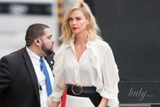 В эффектном наряде от Givenchy: Шарлиз Терон на съемках популярного шоу