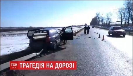 На Львовщине авто налетело на отбойник, погиб пассажир
