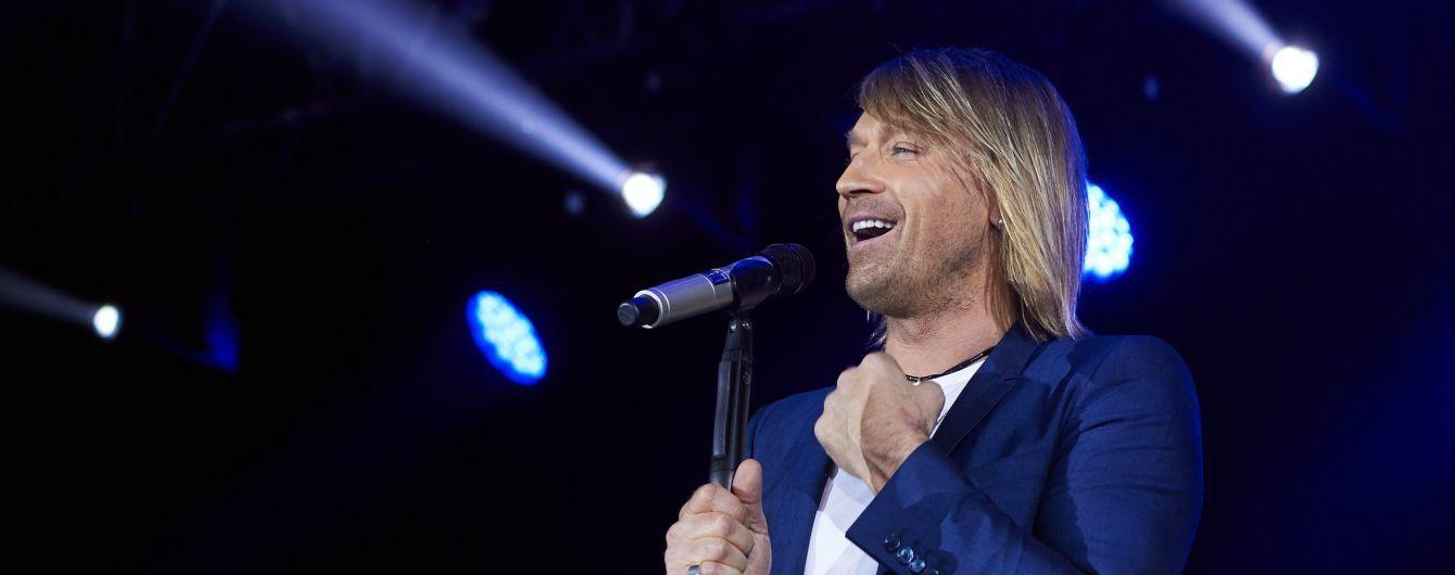 Поцелуи, море цветов и бурные овации: Олег Винник собрал аншлаг на праздничном концерте