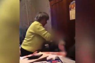 На Одещині репетиторка душила та била головою об стіл своїх учнів