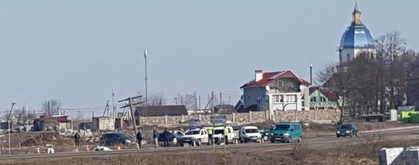 На Львівщині від причепа вантажівки відірвалось колесо і влетіло в зупинку, загинула жінка