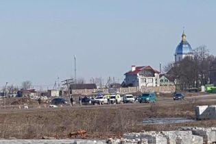 На Львовщине от прицепа грузовика оторвалось колесо и влетело в остановку, погибла женщина