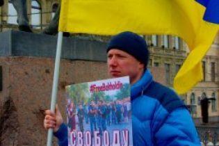 В России напали с ножом на активиста, который пикетировал с украинским флагом