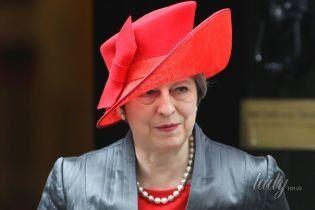 В красной шляпе, платье и туфлях: Тереза Мэй в эффектном образе прибыла на службу в Вестминстерское аббатство