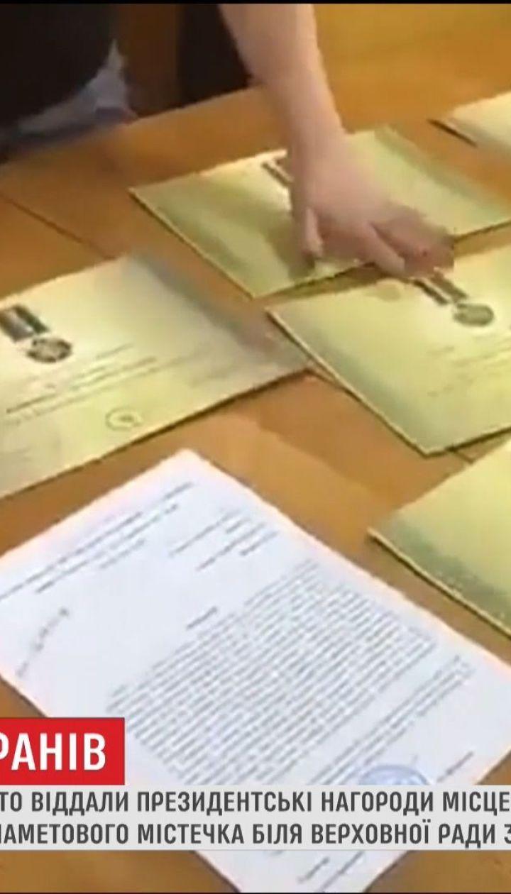 Десятки волонтеров и АТОшников с Тернопольщины вернули Порошенко награды