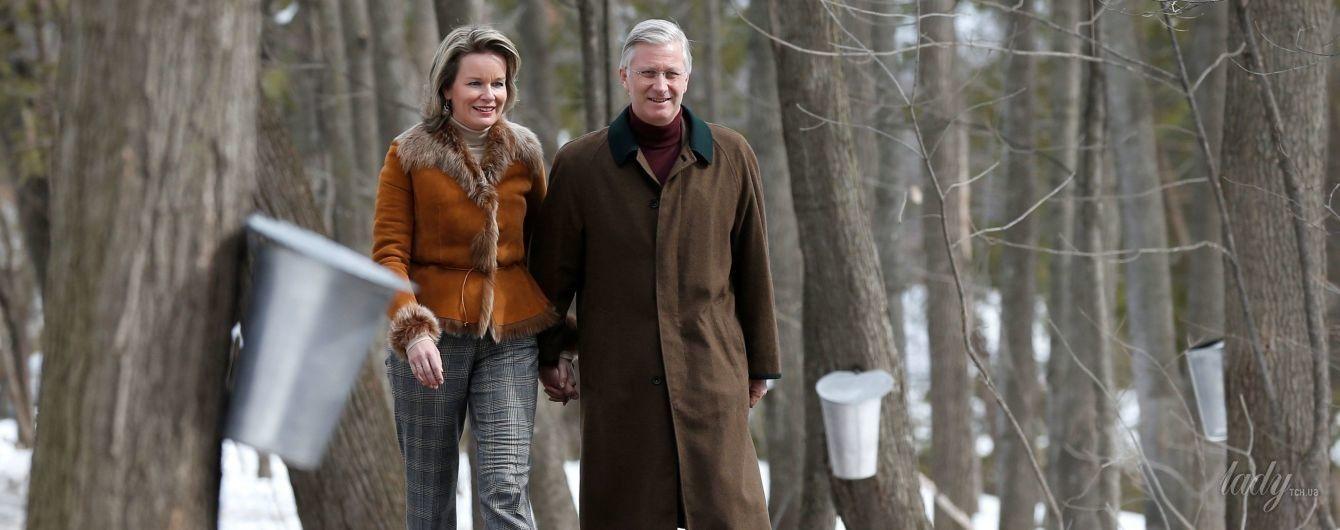 В дубленке и на высоких каблуках: королева Матильда с мужем вышла на прогулку в лес