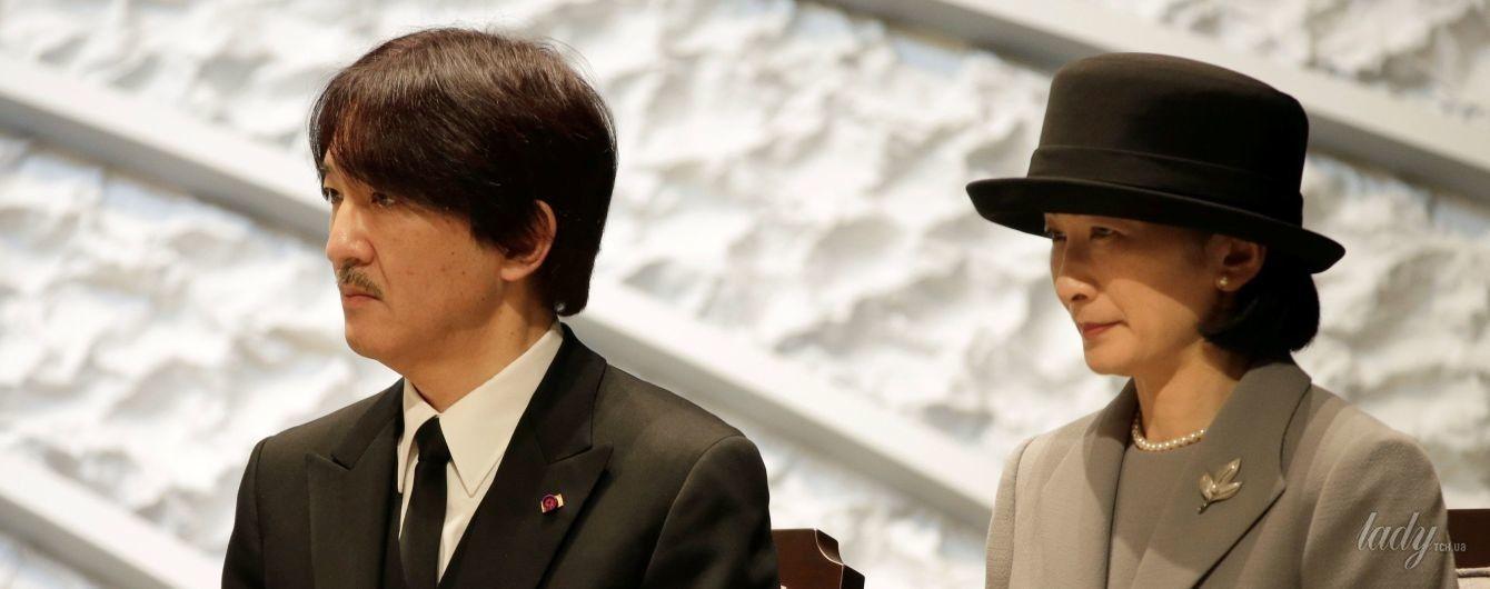В сером костюме и с жемчужным ожерельем: сдержанный образ японской принцессы Кико на поминальной службе
